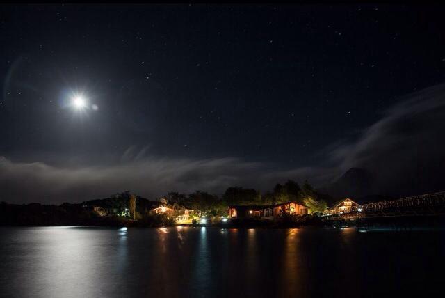 unser schönes Hotel bei Nacht!
