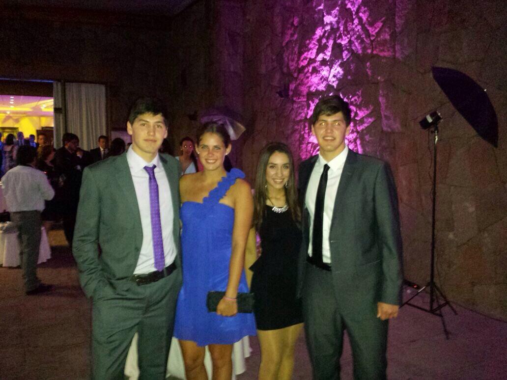 Mit Nicolas, seinem Zwillingsbruder und seiner Partnerin...